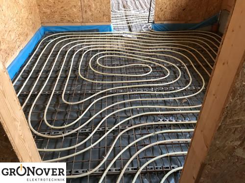 neubau blog 5 wie versorgungsleitungen ins haus kommen und der boden warm wird. Black Bedroom Furniture Sets. Home Design Ideas